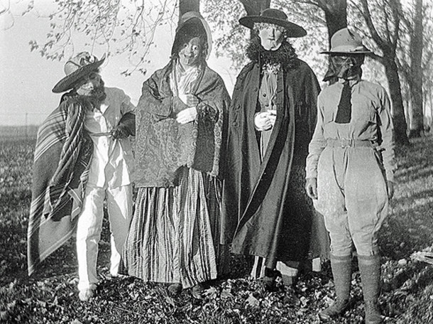 1914 photo of Hallowe'en revelers in costume (photo courtesy of history.banter.com)
