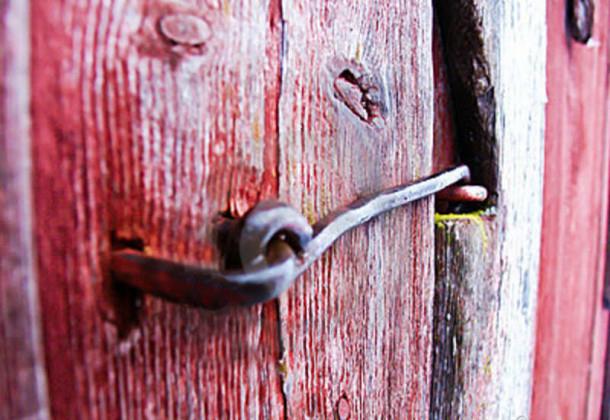 door-hasp-15940926-610x457